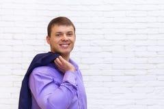 Junges Geschäftsmann-Lächeln, Geschäftsmann Wear Elegant Violet Suit Stockfotos