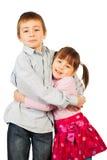 Junges Geschwisterumarmen Stockfoto