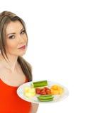 Junges gesundes attraktives Frauen-Essen fünf ein Tagesobst und gemüse - Stockbild