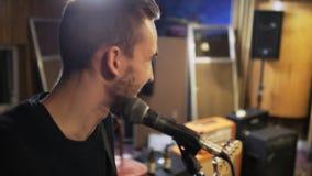 Junges Gitarrist-Lachen stock video footage