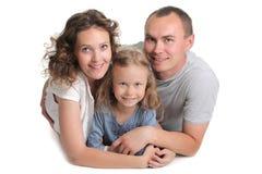 Junges glückliches Familienlächeln lizenzfreie stockbilder