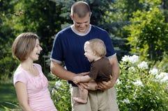 Junges glückliches Familienspielen Stockbild