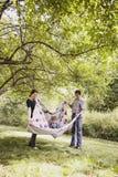 Junges glückliches Familienspielen Lizenzfreie Stockfotografie