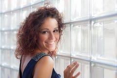 Junges glückliches Frauenportrait Lizenzfreie Stockfotografie