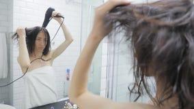 Junges glückliches Frauenschlag-Trocknerhaar im Badezimmer, Lebensstil Frisurensch?nheitskonzept stock video footage