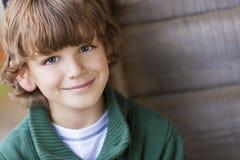Junges glückliches Jungen-Lächeln Lizenzfreie Stockfotos