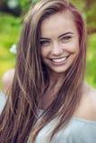 Junges glückliches lächelndes Porträt der Frau im Freien stockfotos