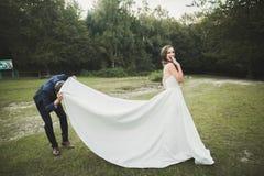 Junges glückliches lustiges Porträt der Hochzeitspaare draußen lizenzfreie stockfotos