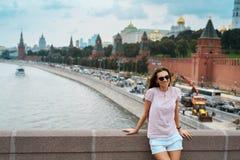 Junges glückliches Mädchen auf dem Moskau-Stadthintergrund Russland, Moskau, Roter Platz, Moskva-Fluss- 2016 Lizenzfreies Stockbild