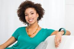 Porträt der jungen lächelnden Frau Lizenzfreie Stockbilder