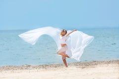 Junges glückliches Mädchen mit weißen Flügeln Lizenzfreies Stockfoto