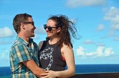 Junges glückliches Paar, das auf Spaßinselferien lacht Stockbilder