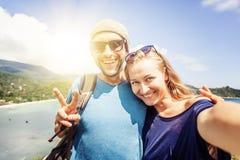 Junges glückliches Paar, das selfie auf Unterlassungsgalan des Handys tut stockbilder