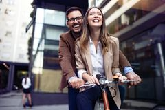 Junges glückliches Paar, das Stadt, Spaß und die Datierung habend genießt stockbilder