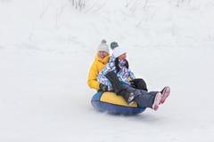 Junges glückliches Paar, das in Winterpark geht Stockbild