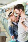 Junges glückliches Paar flirtet mit einander lizenzfreie stockfotografie