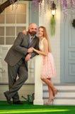 Junges glückliches Paar im Liebesehemann und -frau im Yard, ihr neues Haus stockfotografie