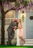 Junges glückliches Paar im Liebesehemann und -frau im Yard, ihr neues Haus stockfotos