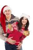 Junges glückliches Paar nahe einem Weihnachtsbaum. stockfotos