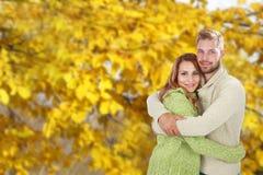 Junges glückliches Paar vor Fallhintergrund Lizenzfreies Stockbild