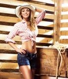Junges, glückliches und sexy Cowgirl in der Westart Stockfoto