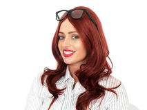 Junges glückliches Geschäftsfrau-tragendes Glas-Lächeln Lizenzfreies Stockbild