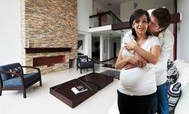 Junges glückliches Paar an ihrem neuen Haus Lizenzfreies Stockbild