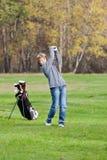 Junges Golfspielerschwingen Stockfotos