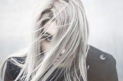 Junges graues behaartes Mädchenporträt im Wind Stockfotos