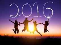 Junges Gruppenspringen und guten Rutsch ins Neue Jahr 2016 Lizenzfreie Stockfotos