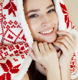 Junges hübsches Brunettemädchen im umfassenden Erhalten der Weihnachtsverzierung warm auf kaltem Winter, Frischeschönheitskonzept lizenzfreie stockfotografie