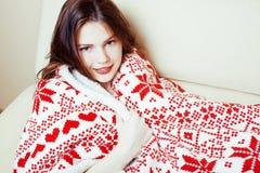 Junges hübsches Brunettemädchen im umfassenden Erhalten der Weihnachtsverzierung warm auf kaltem Winter, Frischeschönheitskonzept lizenzfreie stockfotos