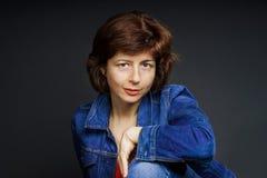 Junges hübsches Frauenstudio-Nahaufnahmeporträt Stockfotos