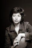 Junges hübsches Frauenstudio-Nahaufnahmeporträt Lizenzfreie Stockfotografie