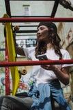 Junges hübsches lächelndes Hippie-Mädchen mit Skateboard lizenzfreies stockbild