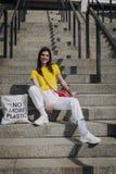 Junges hübsches lächelndes Mädchen, das auf Treppe sitzt lizenzfreie stockfotografie
