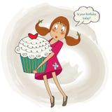 Junges hübsches Mädchen, das einen großen Kuchen trägt, Geburtstagsgrußkarte Stockfoto