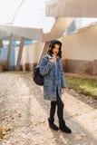 Junges hübsches Mädchen in einem Denimmantel geht in die Herbststadt lizenzfreies stockfoto