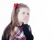 Junges hübsches Mädchen in einem Kleid auf weißem Hintergrund Lizenzfreie Stockfotografie