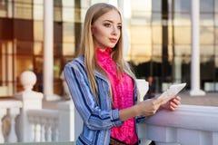 Junges hübsches Mädchen hält ihren Tablet-Computer Lizenzfreie Stockfotos