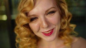 Junges hübsches Mädchen lächelt glücklich in Kamera, Abschluss oben stock video