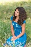 Junges hübsches Mädchen mit dem gelockten Haar draußen Stockfotografie