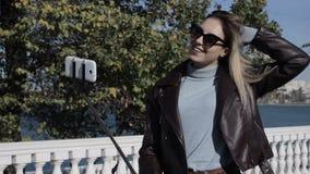 Junges hübsches Mädchen mit dem Smartphone, im Freien stock video
