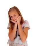 Junges hübsches Mädchen mit den Händen auf Küken Stockfoto