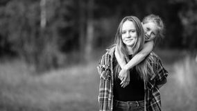 Junges hübsches Mädchen mit einer kleinen Schwester Stockfoto
