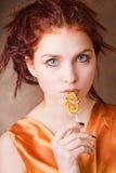 Junges hübsches Mädchen mit einer Süßigkeit Lizenzfreies Stockfoto