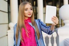 Junges hübsches Mädchen nimmt selfie Tablet-Computer Stockbild