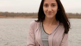Junges hübsches Mädchen war traurig, auf der Flussseite zu bleiben, sie war trauriges Schlägeranfangslächeln stock video