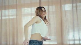 Junges hübsches Mädchentanzenhip-hop im Tanzstudio in 4K stock video