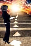 Junges haltenes Berufsbuch und Blick auf abstrakten Hintergrund zum Ausdrücken ihrer Zukunft Lizenzfreies Stockfoto
